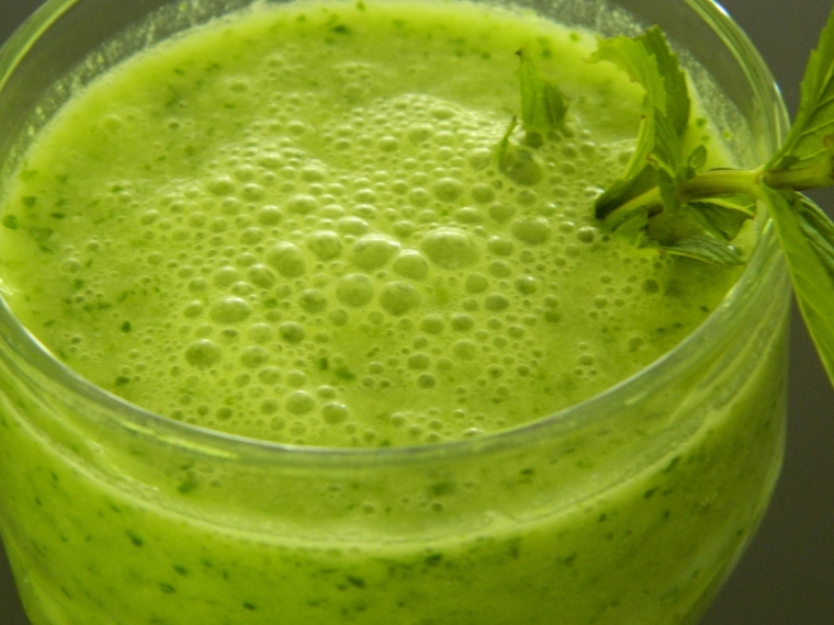 Mint, yoghurt, apple & zucchini smoothie